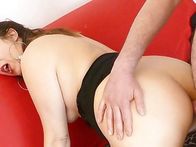 SCAMBISTI MATURI - Hot Italian mature Veronica tries anal sex with Alessandro